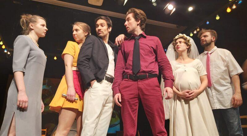 Na zdjęciu 6 studentów grających w spektaklu