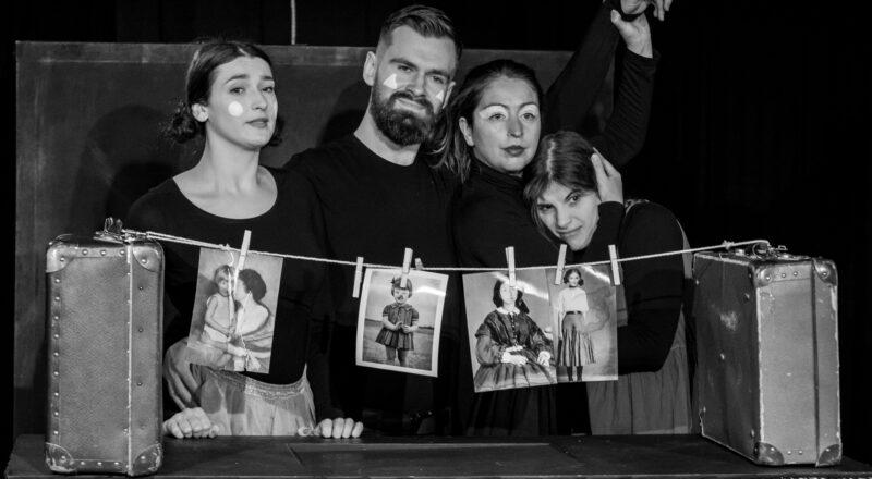 scena zbiorowa, czworo aktorów stoi, przed nimi na sznurkujak bielizna wiszą zdjęcia