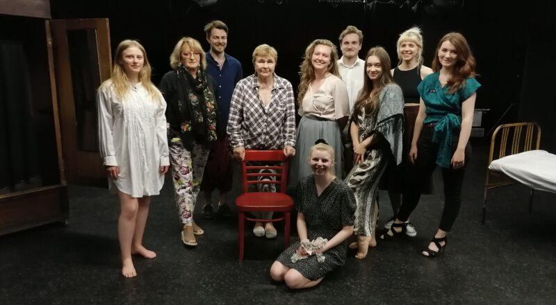 Na zdjęciu reżyserka spektaklu, 5 aktorów, 2 scenografki, ich opiekun scenograficzny oraz kompozytor